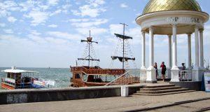 Отдых в Бердянске, на фоне моря и кораблей