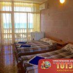 Комната с холодильником, тремя кроватями, кондиционером и тумбочкой в 2-х местном номере стандарт в санатории Афалина