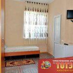 Комната с кроватью, холодильником, шкафом и телевизором в 2, 3 местном номере в санатории Мария ВМФ
