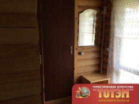 Коридор с зеркалом и тумбочкой в доме в SeaLine