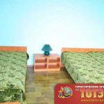Комната с тремя кроватями, двумя тумбочками и светильником в 3-х местном номере в пансионате Амазонка