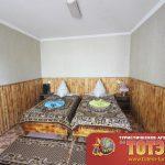 Комната с двумя кроватями и тубочками со светильником в 2-х местном номере эконом базы отдыха Мисфора