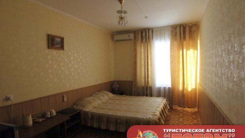 Комната с двухспальной кроватью, кондиционером, столом, тумбочками и картиной в 2-х местном номере стандарт Мисфора