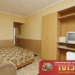 Комната с кроватью, стулом, телевизором, холодильником и шкафом в 3-х местном стандарт номере Мисфоры