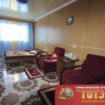 Комната с двухспальной кроватью, двумя креслами и картиной в 4-х местном двухкомнатном коттедже Мисфоры