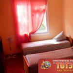 Комната с двумя кроватями, вентилятором и шкафом в 2-4х местном номере в Посейдон и Таврия