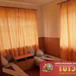 Комната с двумя кроватями и тумбочками в 6-ти местном номере в Посейдон и Таврия