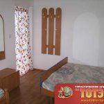 Комната отдыха с тремя кроватями, тумбочкой, зеркалом и вешалкой в 2-5ти местном номере в базе отдыха Сакраменто