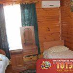 Комната с двумя кроватями, кондиционером и тумбочкой в 3-х местном номере люкс в базе отдыха Сакраменто