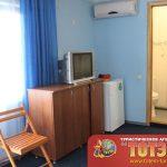 Комната с кондиционером, холодильником, телевизором, тумбочкой и стулом в 2-х местном номере в базе отдыха Сказка