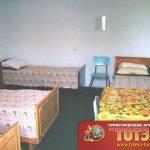 Комната с четырьмя кроватями, столом, двумя стульями и зеркалом 3, 4-х местного номера частного дома У Риммы